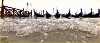 Acqua Alta Venise - Gondoles face à la Riva degli Schiavoni, totalement inondée, dans le Sestier du Castello à Venise.