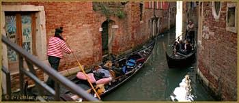 Gondoles sur le rio de San Giovanni Grisostomo, dans le Sestier du Cannaregio à Venise.