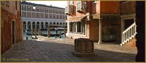 Le Campiello del Remer et son puits, au fond le Grand Canal, dans le Sestier du Cannaregio à Venise.