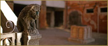 Lion sur la rampe du palazzo Lion, justement, Campiello del Remer, dans le Sestier du Cannaregio à Venise.