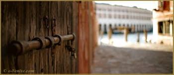 Vieux système de fermeture de porte sur le Campiello del Remer, dans le Sestier du Cannaregio à Venise.