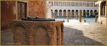 Détail du puits du Campiello del Remer, un puits de la deuxième moitié du XIIIe siècle, en marbre rose de Vérone, dans le Sestier du Cannaregio à Venise.