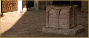 Le puits du Campiello del Remer, qui date de la deuxième moitié du XIIIe siècle, en marbre rose de Vérone, dans le Sestier du Cannaregio à Venise.