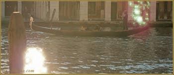 Reflets sur le Grand Canal de Venise, vu depuis le Campiello del Remer, dans le Sestier du Cannaregio à Venise.