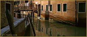 Reflets sur le rio de la Madalena, à gauche, la Fondamenta dei Fiori, et au fond, le pont de l'Ogio, dans le Sestier du Cannaregio à Venise.