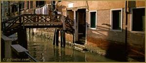 Reflets sur le rio de la Madalena sous le pont de l'Ogio, dans le Sestier du Cannaregio à Venise.