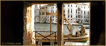 Ouvriers en train de remplacer les pali (poteaux de soutien) d'un appontement devant le Sotoportego del Tragheto, dans le Sestier du Cannaregio à Venise.