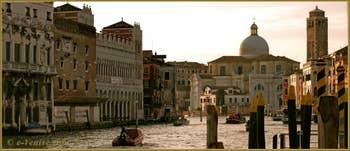 Lumière du soir sur le Grand Canal de Venise, au fond, l'église de San Geremia, dans le Sestier du Cannaregio à Venise.