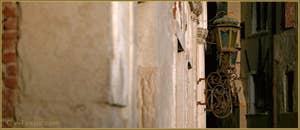 Jolie lanterne sur la façade du palazzo Molin Querini, dans le Sestier du Cannaregio à Venise.