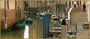 Reflets sur le rio dei Servi, à droite, la Fondamenta et le pont Diedo, dans le Sestier du Cannaregio à Venise.