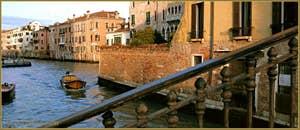 Rayon de soleil sur le canal de la Misericordia, vu depuis le pont du même nom, dans le Sestier du Cannaregio à Venise.
