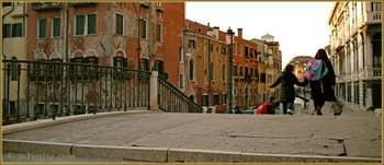 Après l'école, sur le pont de la Misericordia, dans le Sestier du Cannaregio à Venise.