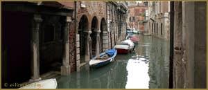 Le rio et, à gauche, le Sotoportego de la Panada, dans le Sestier du Cannaregio à Venise.