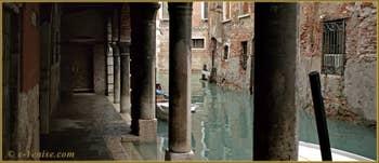 Vue du rio de la Panada depuis le Sotoportego du même nom, dans le Sestier du Cannaregio à Venise.