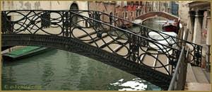 Le pont Storto o Pinelli o dei Consafelzi, sur le rio del Pestrin Paradiso, au fond, le pont Minich, dans le Sestier du Castello à Venise.