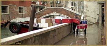 Le rio del Pestrin Paradiso le long de la Fondamenta dei Felzi, au fond, le pont Minich, dans le Sestier du Castello à Venise.