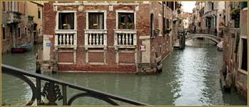 Maison les pieds dans l'eau, entre les rii de San Giovanni Laterano et de la Tetta, à droite, le pont de la Tetta, dans le Sestier du Castello à Venise.