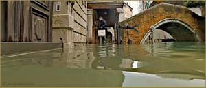 Acqua Alta Venise 1er Novembre 2012 : Le pont et le rio de Ca' Widmann, dans le Sestier du Cannaregio à Venise.