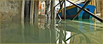 Acqua Alta Venise: L'eau du rio de Ca' Widmann sous le Sotoportego del Magazen, dans le Sestier du Cannaregio à Venise.