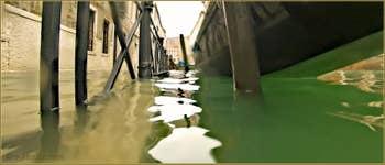 Acqua Alta Venise: Gondole amarrée sur rio de San Severo, dans le Sestier du Castello à Venise.