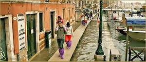 Acqua Alta Venise: Sur les épaules de papa, Riva del Carbon, dans le Sestier de Saint-Marc à Venise.