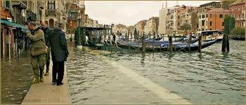 Acqua Alta Venise: On papote, comme si l'eau n'existait pas, Riva del Carbon, dans le Sestier de Saint-Marc à Venise.