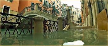 Acqua Alta Venise: La Fondamenta Morosini et le rio dei Bareteri, devant le pont dei Pignoli, dans le Sestier de Saint-Marc à Venise.