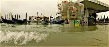 Acqua Alta Venise: Gondoles, cabines téléphoniques et arrêt de Vaporetto : tous au même niveau, Riva degli Schiavoni, dans le Sestier du Castello à Venise.