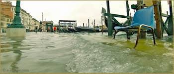 Acqua Alta Venise: La pataugeoire de la Riva degli Schiavoni, dans le Sestier du Castello à Venise.