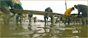 Acqua Alta Venise: L'installation des passerelles piétons sur la Riva degli Schiavoni. Elles avaient dû être démontées dans la nuit, le niveau de l'eau était tellement monté que les planches commençaient à flotter... dans le Sestier du Castello à Venise.
