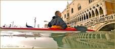 Acqua Alta Venise 1er Nov. 2012: Venise sur mer, une image insolite d'un kayak, le seul encore capable de passer sous le pont de la Paille, devant le Palais des Doges à Venise.