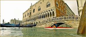 Acqua Alta Venise: Venise sur mer, une image insolite d'un kayak, le seul encore capable de passer sous le pont de la Paille, devant le Palais des Doges à Venise.