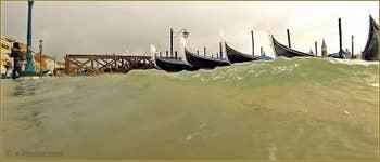 Acqua Alta Venise: Gondoles à la fête dans les vagues du Molo San Marco, dans le Sestier de Saint-Marc à Venise.