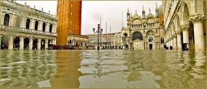 Acqua Alta Venise: La Piazzetta San Marco avec à gauche, la bibliothèque Marciana, au fond la Basilique Saint-Marc et à droite, le Palais des Doges à Venise.
