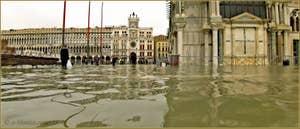 Acqua Alta Venise: La Piazzetta San Marco devant la Basilique Saint-Marc à Venise.