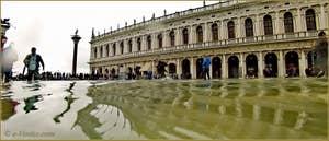 Acqua Alta Venise: La bibliothèque Marciana, sur la Piazzetta San Marco à Venise.