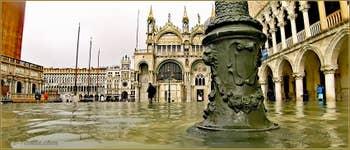 Acqua Alta Venise: La Piazzetta San Marco avec à gauche, le Campanile de Saint-Marc, au fond la Basilique Saint-Marc et à droite, le Palais des Doges à Venise.