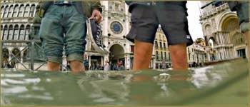 Acqua Alta Venise: A la plage sur la Piazza San Marco ! Dans le Sestier de Saint-Marc à Venise.
