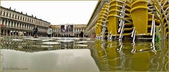 Acqua Alta Venise: Chaises et tables empilées sur la place Saint-Marc, dans le Sestier de San Marco à Venise.