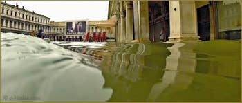 Acqua Alta Venise: Le lac devant les  Procuratie Vechie sur la Piazza San Marco, dans le Sestier de Saint-Marc à Venise.