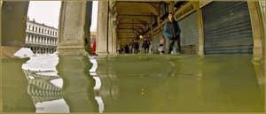 Acqua Alta Venise: Le lac sous les Procuratie Vechie sur la Piazza San Marco, dans le Sestier de Saint-Marc à Venise.