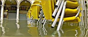 Acqua Alta Venise: Chaises empilées sur la place Saint-Marc, dans le Sestier de San Marco à Venise.
