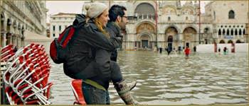 """Acqua Alta Venise: La Piazza San Marco transformée en lac, """"qu'à cela ne tienne, j'ai mon chéri pour me porter!"""" Dans le Sestier de Saint-Marc à Venise."""