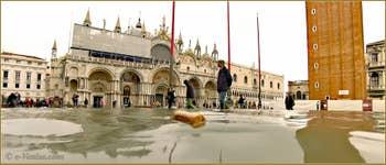 Acqua Alta Venise: La Piazza San Marco transformée en lac, au fond, la Basilique Saint-Marc, dans le Sestier de San Marco à Venise.