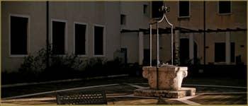 Le puits de l'ancien couvent Santa Giustina, un puits datant probablement du XVe-XVIe siècle. Le couvent fut d'abord transformé en école militaire avant de devenir en 1924, le lycée Scientifique G.B. Benedetti, dans le Sestier du Castello à Venise.
