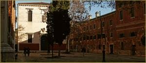 Le Campo de la Confraternita, le long de l'église de San Francesco de la Vigna, au fond, la Scuola di San Pasquale Baylon, Oratorio delle Sacre Stigmate, dans le Sestier du Castello à Venise.