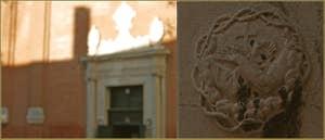 Emblème religieux du XVIIe siècle, de l'Ordre Franciscain, l'O.F.M. (Ordo Fratrum Minorum) l'Ordre des Frères Mineurs. On y voit, à l'intérieur d'une couronne d'épines, entrecroisés autour d'une croix, deux bras dont les mains portent les stigmates de la crucifixion. Cette sculpture, ainsi que 5 autres quasi-identiques, se trouve à l'angle de la Scuola di San Pasquale Baylon, Oratorio delle Sacre Stigmate, sur le Campo de la Confraternita, dans le Sestier du Castello à Venise.
