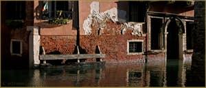 Les reflets du palazzo Celsi - Dona' à l'angle des rii de le Gorne et dei Scudi - Santa Ternita, dans le Sestier du Castello à Venise.