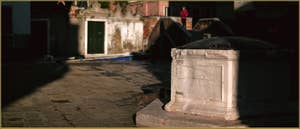 Détail du puits du Campo Santa Ternita, datant de 1526, dans le Sestier du Castello à Venise.