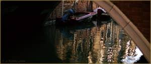 Reflets sur le rio dei Scudi Santa Ternita, sous le pont de la Scoazzera, dans le Sestier du Castello à Venise.